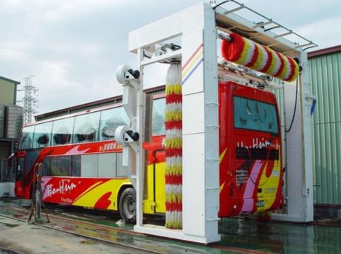 全自动大巴洗车机可以清洗巴士、公交、货车等大型车辆。